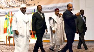 De gauche à droite: les présidents malien Ibrahim Boubacar Keïta, tchadien Idriss Déby, nigérien Mahamadou Issoufou, mauritanien Mohamed Ould Abdel Aziz et burkinabè Michel Kafando, lors d'une réunion de l'UA en décembre 2014 à Nouakchott.