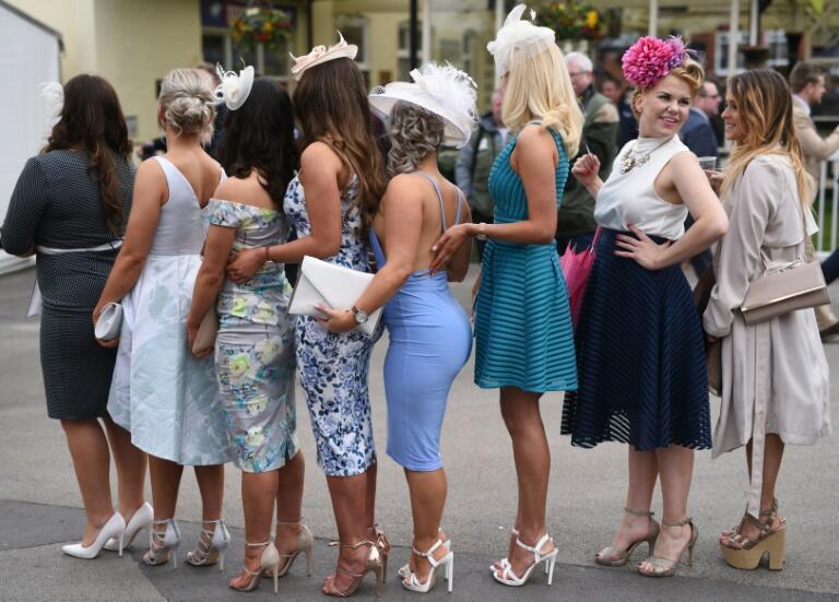 Asistentes a la carrera de caballos del Ladies Day (día de las damas), el segundo día del gran festival nacional de carreras de caballos, el 8 de abril de 2016 en el hipódromo de Aintree, en Liverpool