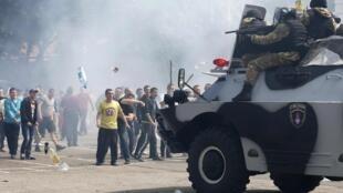 Pró-russos e militares ucranianos se confrontam na cidade de Odessa, na Ucrânia, nesta segunda-feira (19), apesar do anúncio da retirada das tropas russas da fronteira com o país.