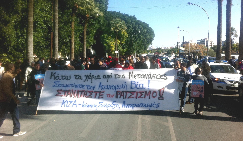 Des immigrés africains manifestent dans les rues de Nicosie, le 8 décembre 2013.