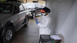Xe ô tô xếp hàng làm xét nghiệm Covid-19 tại một trung tâm y tế ở Houston, Texas, Mỹ, ngày 25/06/2020.
