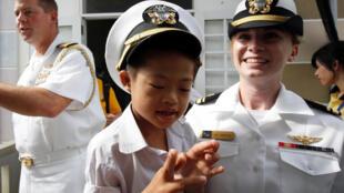 Sĩ quan Hải Quân Ada Anderson của tầu sân bay Carl Vinson giao lưu với trẻ em trung tâm bảo trợ nạn nhân chất Da cam, Đà Nẵng, ngày 07/03/2018.