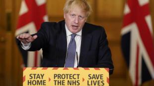 El primer ministro británico Boris Johnson en una conferencia de prensa a distancia en Londres el 30 de abril de 2020, en una imagen cedida por 10 Downing Street