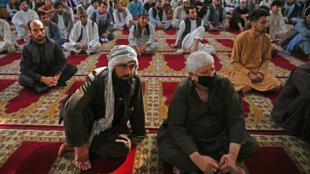 Fidèles à l'écoute des prières de l'Aid-el-Adha à la mosquée Abdul Rahman à Kaboul, le 31 juillet 2020.