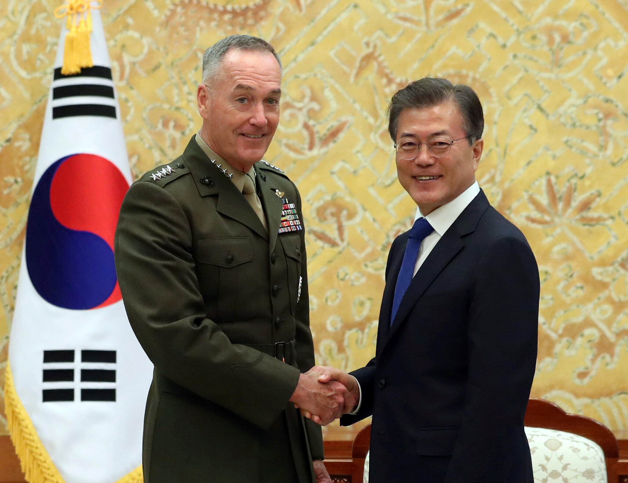 Tổng thống Hàn Quốc Moon Jae In đón tiếp tổng tham mưu trưởng quân đội Mỹ, tướng Joseph Dunford, tại Seoul, ngày 14/08/2017.