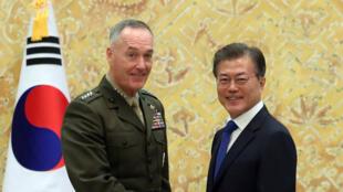 Le président sud-coréen Moon Jae-in serrant la main de Joseph Dunford, le chef d'état-major des armées américaines, le 14 août 2017, à Séoul.