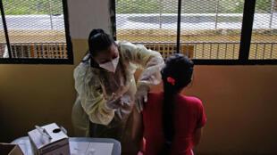 Una reclusa de una cárcel en Los Teques, Venezuela, recibe la primera dosis de la vacuna contra el covid, el 2 de julio