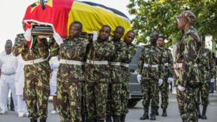 Soldados das Forças Armadas de Defesa de Moçambique (FADM) transportam a urna com os restos mortais do presidente da Resistência Nacional Moçambicana (RENAMO), Afonso Dhlakama, durante as cerimónias fúnebres na cidade da Beira, Moçambique,
