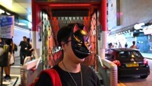 Un Hongkongais portant un masque dans le quartier de Mong kok à Hong Kong le 5 octobre, malgré l'interdiction de se couvrir le visage mis en place le 4 octobre.