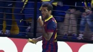 Dan WAsan Barcelona Dani Alves yana Cin Ayabar da aka jefe shi da ita a filin wasan Kungiyar Villarreal