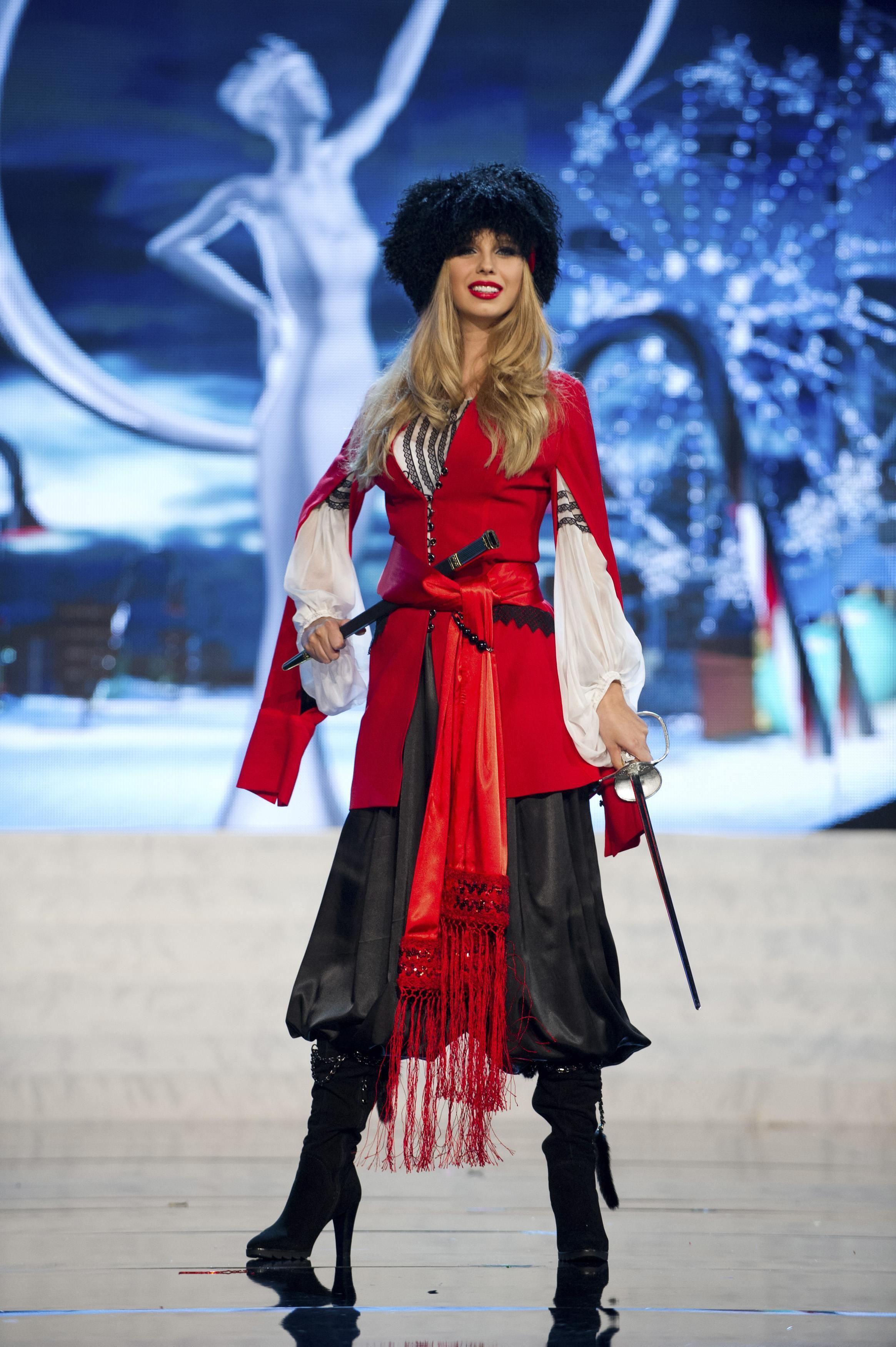 Мисс Украина Мария Чернова в национальном костюме во время шоу Мисс мира в Лас-Вегасе