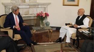 Ngoại trưởng Hoa Kỳ John Kerry gặp Tổng thống Afghanistan Hamid Karzai tại Dinh Tổng thống ở Kabul ngày 12/07/2014.