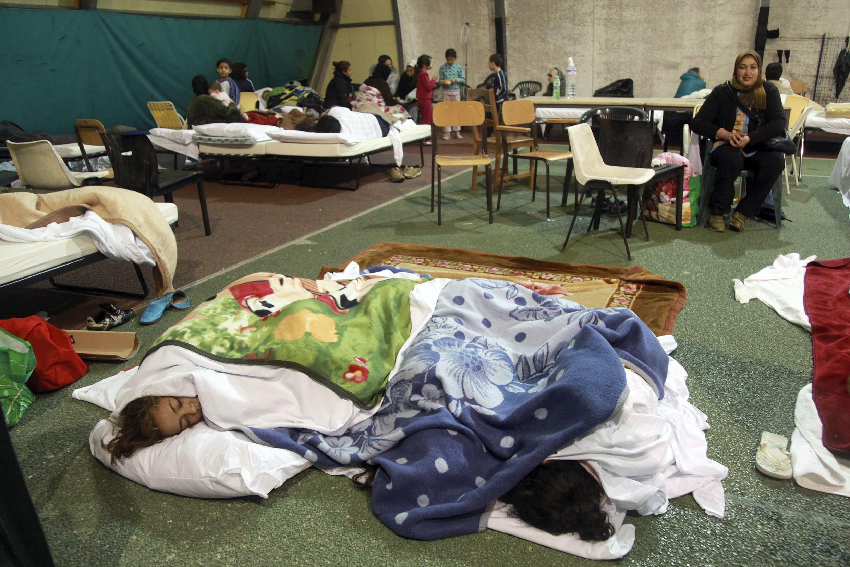 Milhares de desabrigados dormem em tendas improvisadas no nordeste da Itália, nesta segunda-feira.