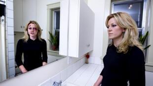 Une femme battue dissimule ses plaies par du maquillage.