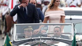 O presidente Jair Bolsonaro ao lado da mulher Michelle durante trajeto da Catedral de Brasília até o Congresso. Ele se emocionou várias vezes durante o desfile, acompanhado por milhares de pessoas.