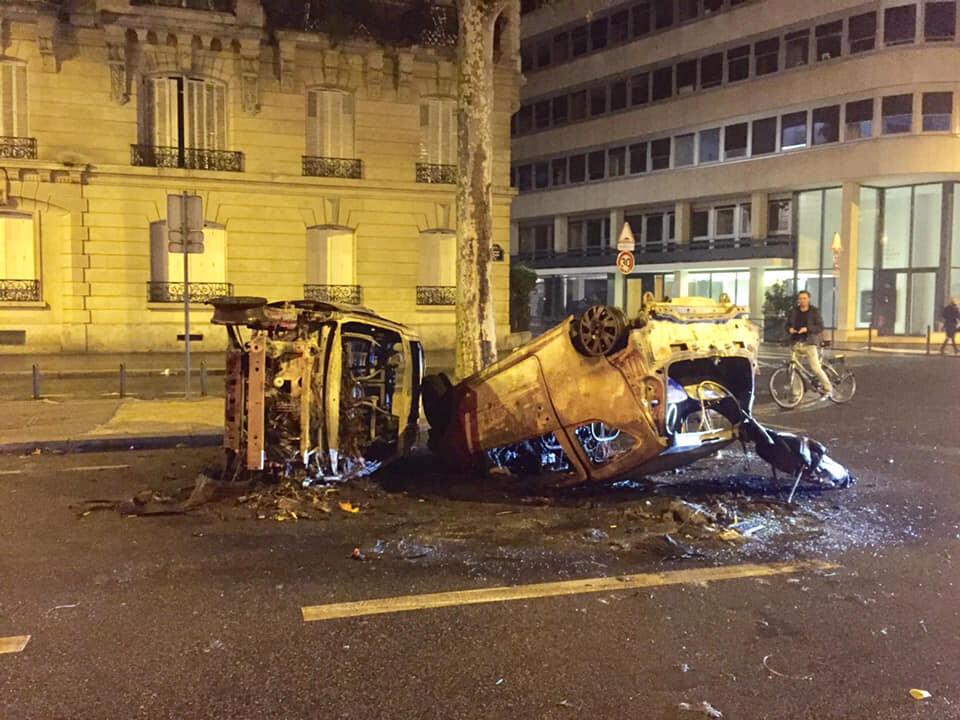 Otro vehículo destrozado por la turba de manifestantes
