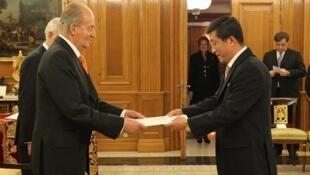 Sur cette photo datant de 2004, le premier ambassadeur de Corée du Nord en Espagne, Kim Hyok-chol, rend ses hommages au roi de l'époque, Juan Carlos.
