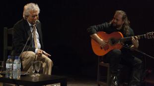 """""""Chiquetete"""" durante un concierto en la Universidad de Sevilla."""