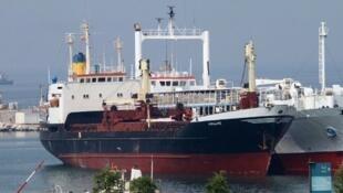 Un navire de marchandises au port de Beyrouth, le 28 avril 2012.