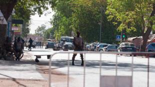 Dispositivo de segurança junto ao Estado-Maior das Forças Armadas durante o ataque desta Sexta-Feira na capital do Burkina Faso.