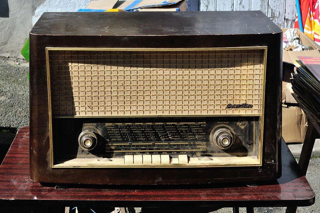 Un poste radio, ancien modèle. Vide-grenier du 10 avril 2016 à St-Genis l'Argentière (Rhône).