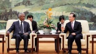 Đăc sứ Liên Hiệp Quốc và Liên Đoàn Ả Rập Kofi Annan (T) gặp Thủ tướng Trung Quốc Ôn Gia Bảo tại Bắc Kinh ngày 27/03/2012.