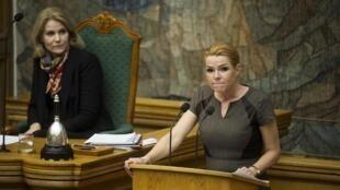 L'ancienne Première ministre danoise Helle Thorning Schmidt (G) et la ministre de l'Immigration Inger Stojberg (D), au Parlement, lors d'un débat sur la réforme du droit d'asile, le 25 janvier 2015.