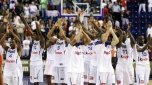 Đội tuyển Pháp vui mừng sau chiến thắng trước đội Tây Ban Nha trong trận ra quân ở Cúp Bóng rổ Thế giới tại Izmir, ngày 28/8/2010.