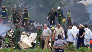 O Presidente cubano ,Miguel-Diaz Canel, em primeiro plano, no lugar da  catástrofe aérea  no dia 18 de  Maio de 2018