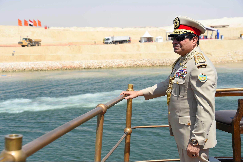 Abdel Fattah al-Sissi lors de l'inauguration de l'extension du canal de Suez en août 2015, à bord du yacht qui avait transporté l'impératrice française Eugénie, l'épouse de Napoléon III, en 1869.