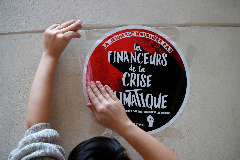 В Париже школьники заблокировали вход в банк Société générale в квартале Ла Дефанс