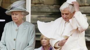 O papa Bento 16 com a Rainha Elisabeth II no palácio de Holyrood$.