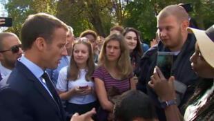 """""""Basta atravessar a rua para achar um trabalho"""", diz Macron a jovem desempregado"""