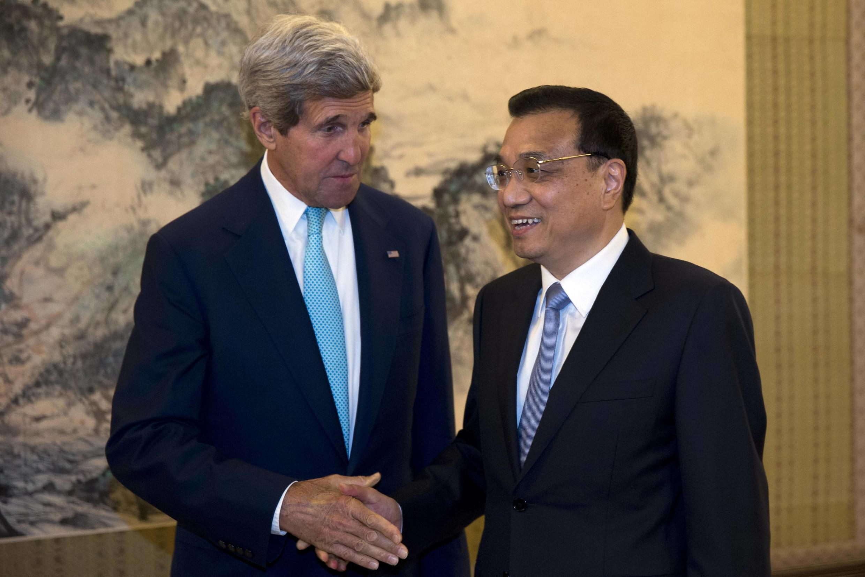 Ngoại trưởng MỹJohn Kerry và thủ tướng TQ Lý Khắc Cường. Ảnh chụp ngày 10/07/2014
