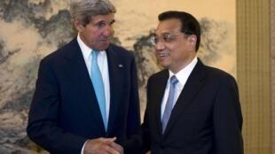 Le secrétaire d'Etat américain John Kerry et le Premier ministre chinois Li Keqiang, à Pékin le 10 juillet 2014.
