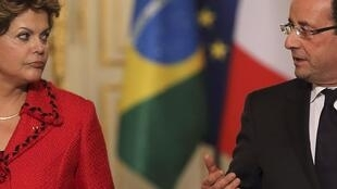 A presidente Dilma Rousseff e o chefe de Estado francês, François Hollande, durante entrevista concedida nesta terça-feira no Palácio do Eliseu.