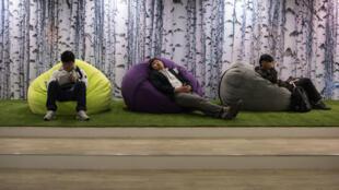 Theo hãng tin Yonhap, người Hàn Quốc ngủ không đủ giấc.