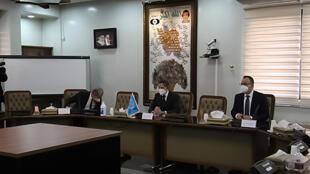 Foto brindada por el organismo iraní de energía atómica que muestra al director del OIEA Rafael Grossi (centro) durante una reunión en Teherán , lors d'une réunion à Téhéran el 21 de febrero de 2021
