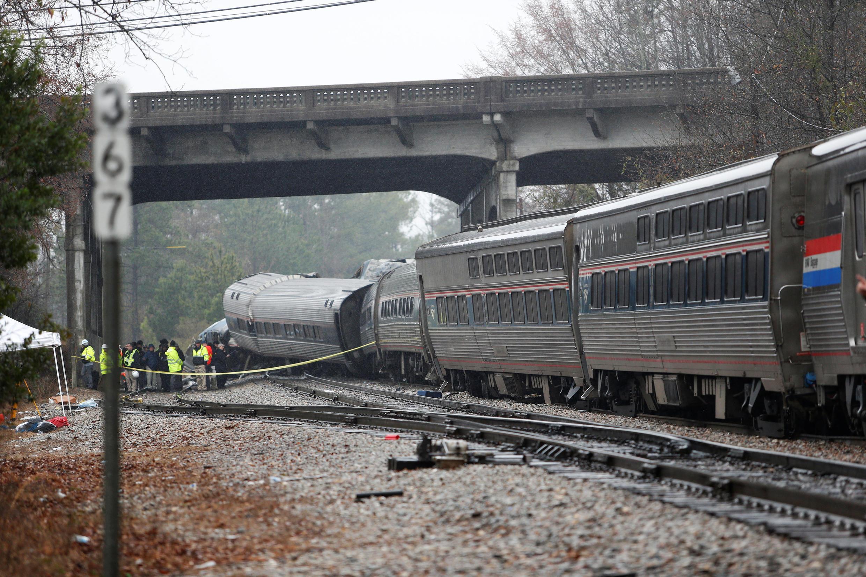 Colisão entre trem de passageiros e outro de carga provoca mortes nos EUA (4/2/18).
