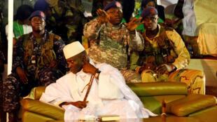 Yahya Jammeh entouré de soldats, ici lors d'un rassemblement à Banjul le 29 novembre 2016.
