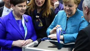 La chancelière allemande Angela Merkel teste l'OctopusGripper à Hanovre, le 24 avril 2017.