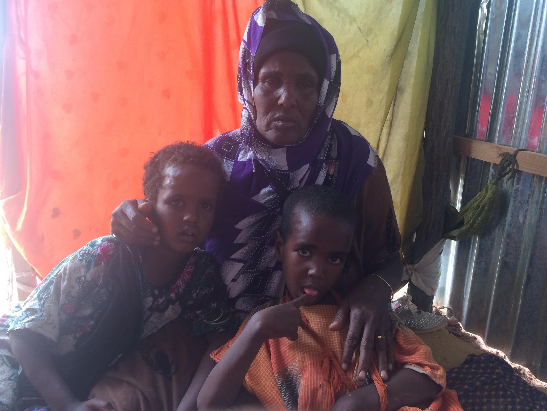 Dans le camp Orshe à Galcacyo en Somalie, Deejo Adbi avec ses deux petits enfants en juillet 2017.