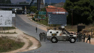Militares e policiais venezuelanos começaram a desertar no sábado (23)