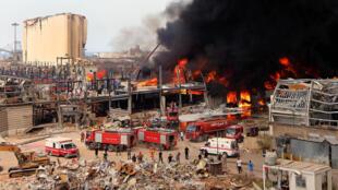 Bomberos libaneses tratan de apagar un incendio en el puerto de Beirut, Líbano, el 10 de septiembre de 2020