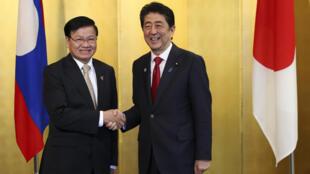 Thủ tướng Lào Thongloun Sisoulith (trái) được thủ tướng Nhật Shinzo Abe đón ngày 28/05/2016 tại cuộc gặp Nagoya.