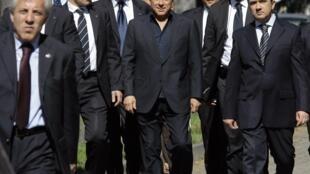 Silvio Berlusconi con sus guardaespaldas tras la votación del domingo, Milán 28 de marzo de 2010