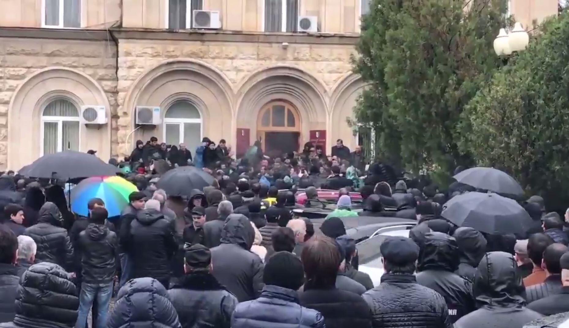 Протестующие перед зданием администрации президента Абхазии. 9 января 2020 года