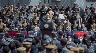 """مایک پنس، روی ناو """"رونالد ریگان"""" برای سربازان سخن میگوید"""