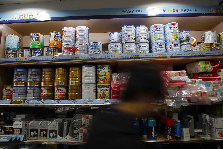 深圳附近的香港某郊区商店的奶粉货架。图片摄于2011年1月31日