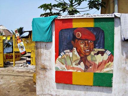 Portrait du capitaine Moussa Dadis Camara, sur un mur de la base militaire Alpha Yaya Diallo, dans la capitale guinéenne Conakry, le 3 mai 2009.